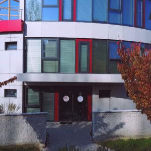 Andel Elite dental center Hlohovec - budova-sidlo stomatologickeho centra -zubna ambulancia - cerveno siva ovalna stavba- R. Dilonga - 920 01 Slovensko - vstup do budovy